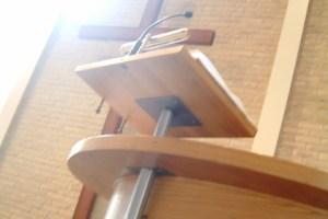 Preekstoel en Kruis