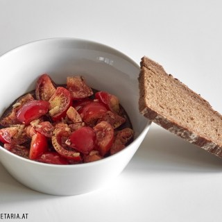 Tomatensalat mit Kernöl und Schlagobers á la Gerti / Tomato Salad With Pumpkin Seed Oil and Cream á la Gerti