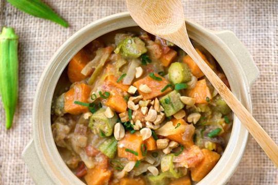 Receta de estofado de okra y maní de África occidental