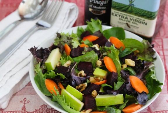 Ensalada mixta de verduras con manzana y remolacha en vinagre