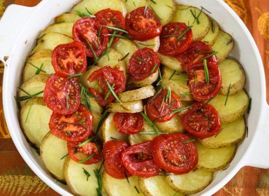 Receta de papas y tomates con romero