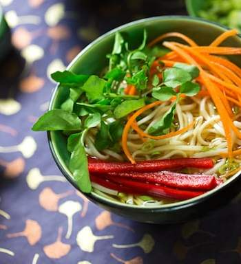 Udon noodle soup with crisp vegetables