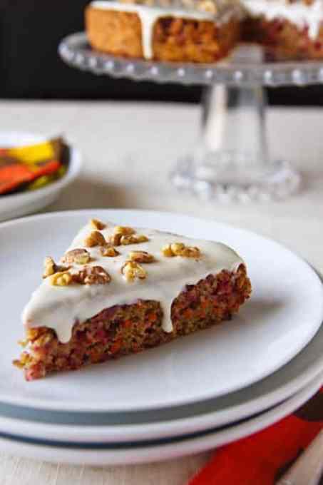 pastel vegano de arándano y zanahoria con glaseado de queso crema y arce