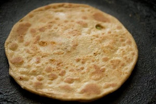 cooked gobi paratha on tawa