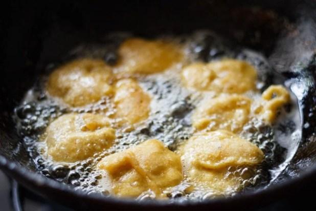 aloo pakora being fried in hot oil