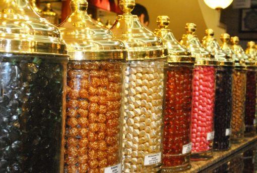 Ramazan ayında mevlitte şeker dağıtımı