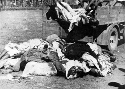 morti-etiopi-ammassati-attacco-graziani-1937