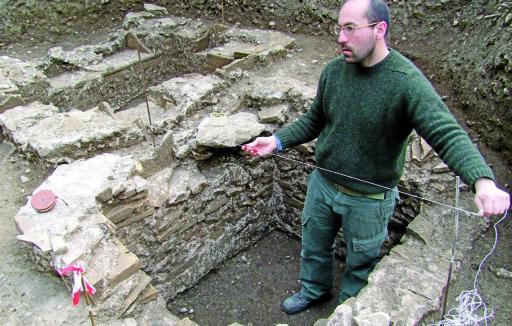 bardolino i bambini visitano sito archeologici a chiesa san pietro qui archeologo durante il lavoro