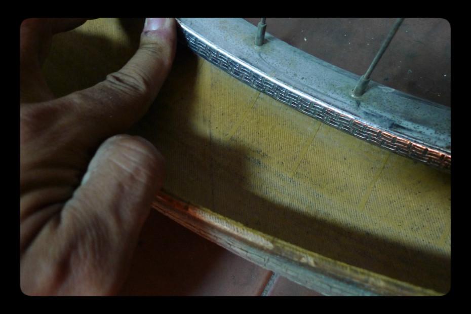 Muitas vezes, é necessário retirar o pneu e virá-lo do avesso. Bocados de vidro, espinhos, etc, podem-se alojar de tal maneira no pneu, que a única maneira de os retirar é com um alicate!