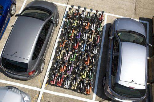 Nun gut, sooo schön geordnet parkieren die wenigsten Velofahrer. Aber ein kleines bisschen weniger Platz als Autos brauchen Zweiräder schon. (Bild: http://sindikatbiciklista.hr/)