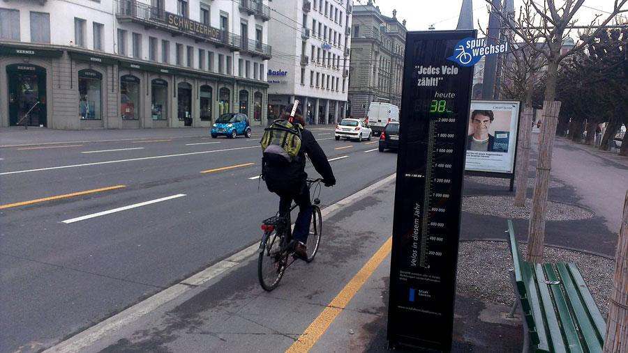 Das Velobarometer am Schweizerhofquai in Luzern. Es zählt die Vorbeifahrenden in beiden Richtungen in Echtzeit.