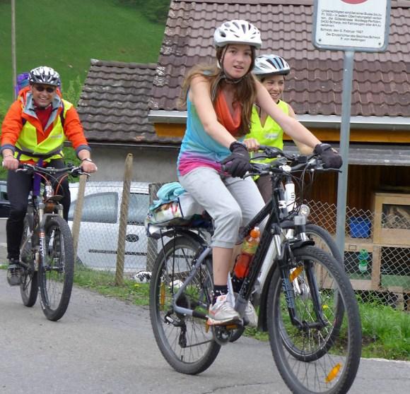 Thomas, Alessia und Petra beim Weiler Periden im Anstieg zur Ibergeregg.