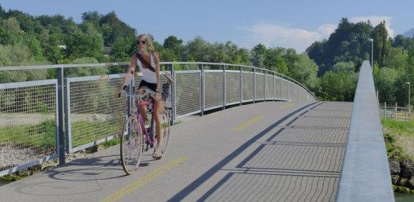 Heute, auf der Brücke über die kleine Emme, bei Reussbühl. Es ist Sommer.
