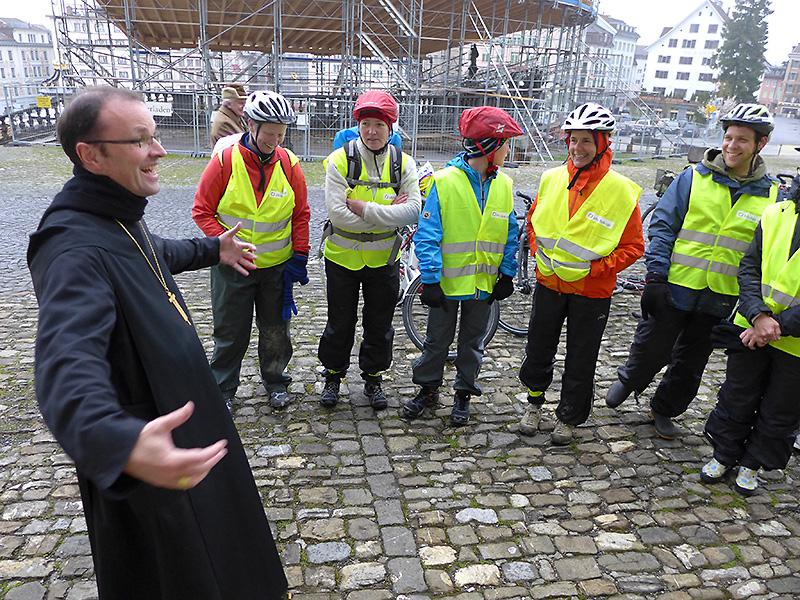 Abt Urban Federer, Vorsteher des Klosters Einsiedeln, bei der Begrüssung der Velowallfahrer auf dem Klosterplatz.