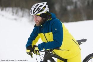 Wind- und wasserdichte Kleidung ist beim Biken im Winter das A und O. Für Wärme sorgt der Radsportler schon selbst, nur das Auskühlen muss verhindert werden.