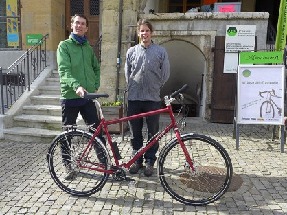 Meisterwerker Patrick Widmer (rechts) bei der Übergabe des neuen Gefährts vor seiner Werkstatt in der Bieler Altstadt,