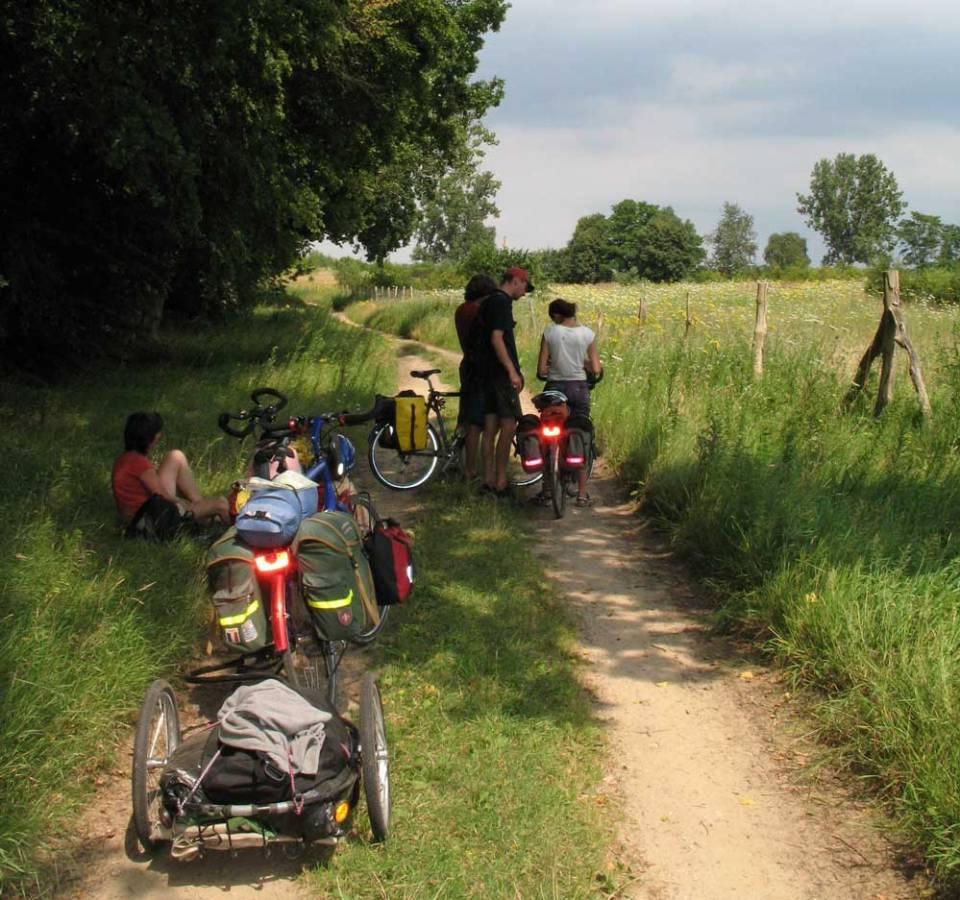 Mit Sack und Pack mit den Kindern unterwegs 2007 in der Mecklenburgischen Seenplatte. Da war ein Anhänger eine praktische Lösung. | © 2007 Dominik Thali