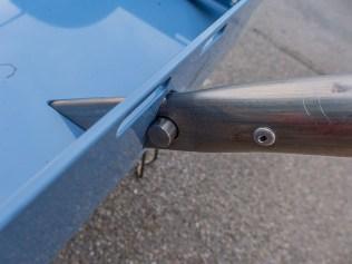 Hier wird die Deichsel in die Dreiecksöffnugn gesteckt, wodurch der Hinterher zum Handwagen wird.