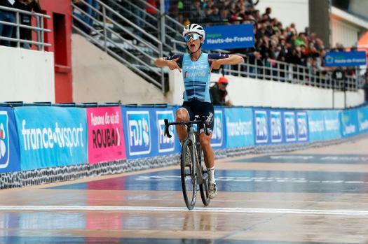 Unstoppable Lizzie Deignan solos to history at Paris-Roubaix Femmes