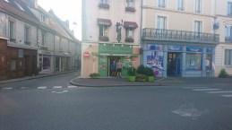 Johan og Christian ved hotellet i Mortagne-au-Perche