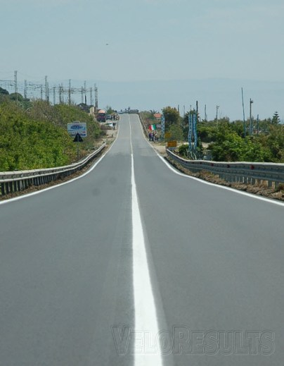 The break is doomed on roads like these; long, straight, flat and tail wind assisted along the Golfo di Santa Eufemia.