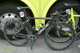 Farnese ride MCipollini, but not for Gatto the garrish fluo yellow, as one of the main men he's allowed a 'special' colour scheme - black carbon weave.
