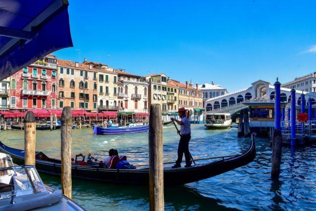 Heiratsantrag in Venedig in der Gondel vor der Rialtobrücke