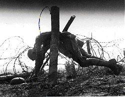 a volte rimaneva per settimane e mesi, esposti allavista dei loro commilitoni, ch non potevano ricomporli, sotto il fuoco nemico.