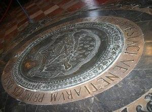 la Sua tomba nella chiesa di Santo Stefano.