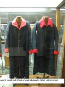 cappotti originali della marina simili ai cappotti di fanteria, tranne che per i risvolti
