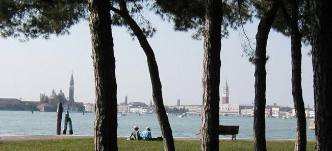 Tra i giardini storici e le aree protette di una Venezia verde