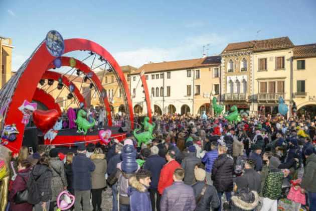 Mestre Carnival Street Show spettacoli circensi incantano Piazza Ferretto