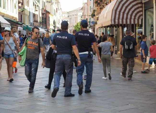 Chiedono offerte ai turisti, denunciati due rumeni per truffa