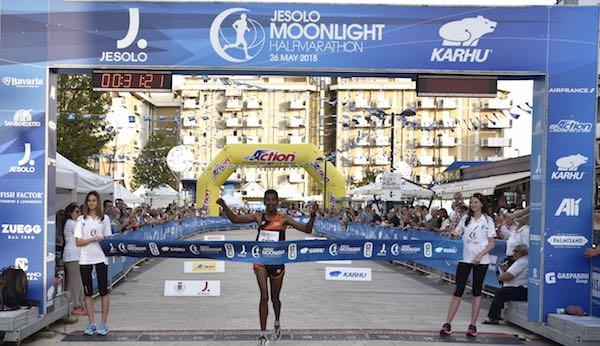 Eyob Faniel sfida Mwangi alla Jesolo Moonlight Half Marathon 2019