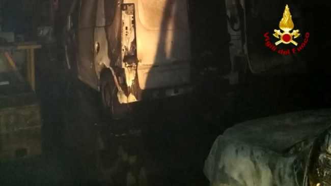 Distrutti tre furgoni per un incendio a Torre di Mosto