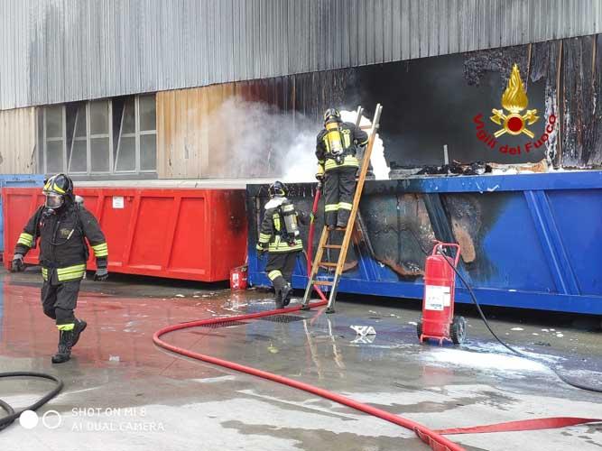 Marghera: brucia un cassone fuori da un magazzino - Televenezia