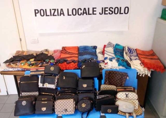 La merce sequestrata da Polizia locale di Jesolo e dall'Arma dei Carabinieri.