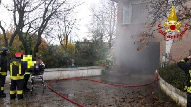Incendio di un garage: un uomo rimane ustionato