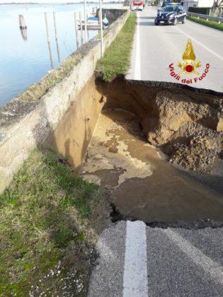 Voragine di 10 metri sull'asfalto a Cavallino Treporti
