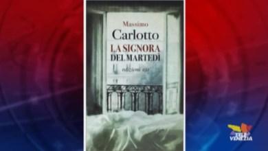 """VIDEO: Massimo Carlotto: """"La signora del martedì"""" - Letture in quarantena - Televenezia"""
