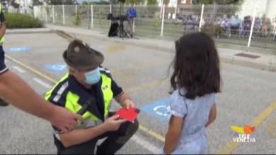 Lara dona il suo salvadanaio alla protezione civile ANA