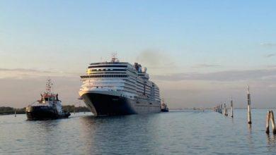 Grande nave da crociera attraversa la bocca di porto di Malamocco