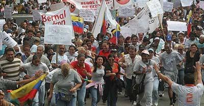 デモ行進する露天商たち