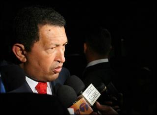 記者と話すチャベス大統領