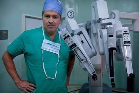 René Sotelo: Urólogo venezolano pionero en cirugía robótica en Estados Unidos