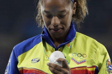 Yulimar Rojas llega a Venezuela con su medalla de plata