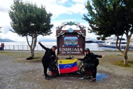 Dos venezolanos llegaron al fin del mundo en bicicleta