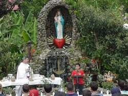 Santa misa frente a la gruta donde se dio la aparición