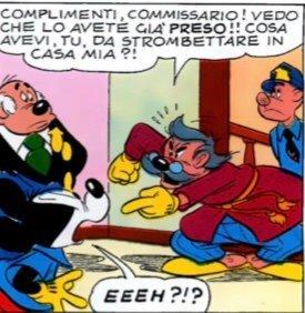 Un cittadino di Topolinia accusa Topolino in presenza di Basettoni e di un agente.