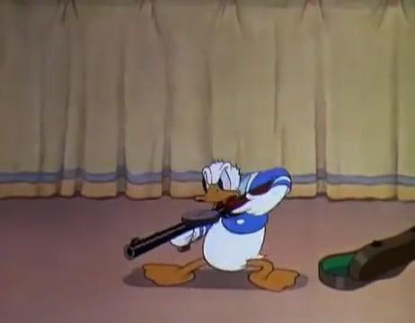 Paperino con mitragliatrice sul pubblico.